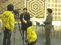 ティーズの取材をうける青山さんと山本代表