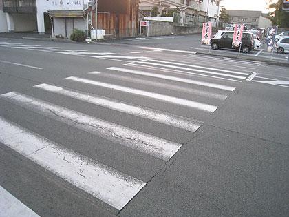 横断歩道の白線、かすれています...